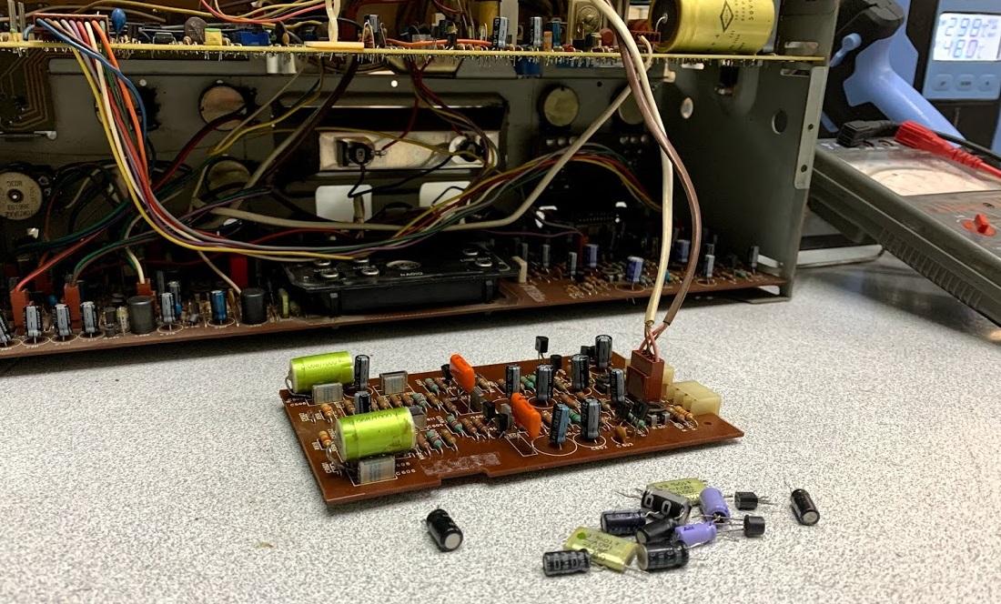 αλλαγή ηλεκτρολυτικών πυκνωτών και τρανζίστορς σε μπομπινόφωνο